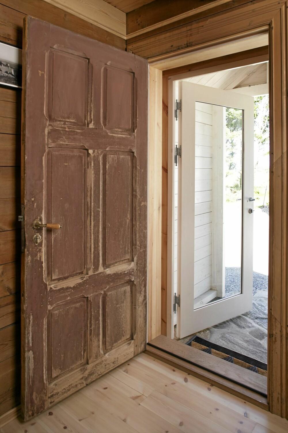 VELKOMMEN. Inngangsdørene med speil er gammel og slitt. Bislaget utenfor har glassdør slik at den opprinnelige døren er synlig utenfra. Samtidig blir inngangspartiet beskyttet av glasset.