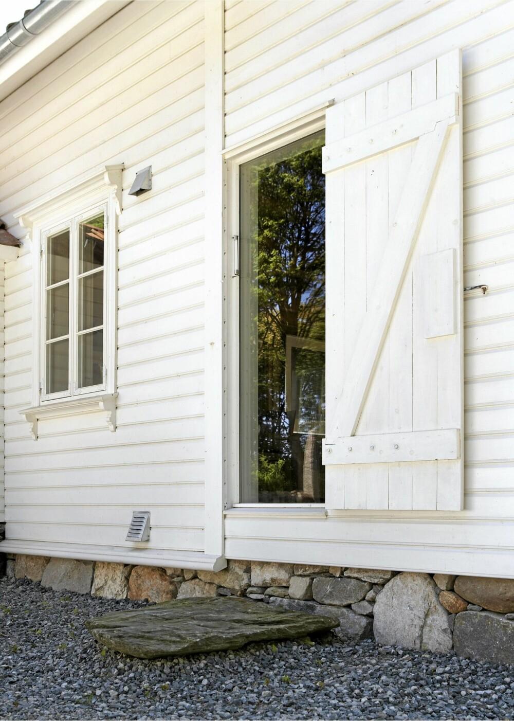 GLASSKLART: Åpningen til den gamle døren i skuten er erstattet med glass. Innenfor ligger kjøkkenet.