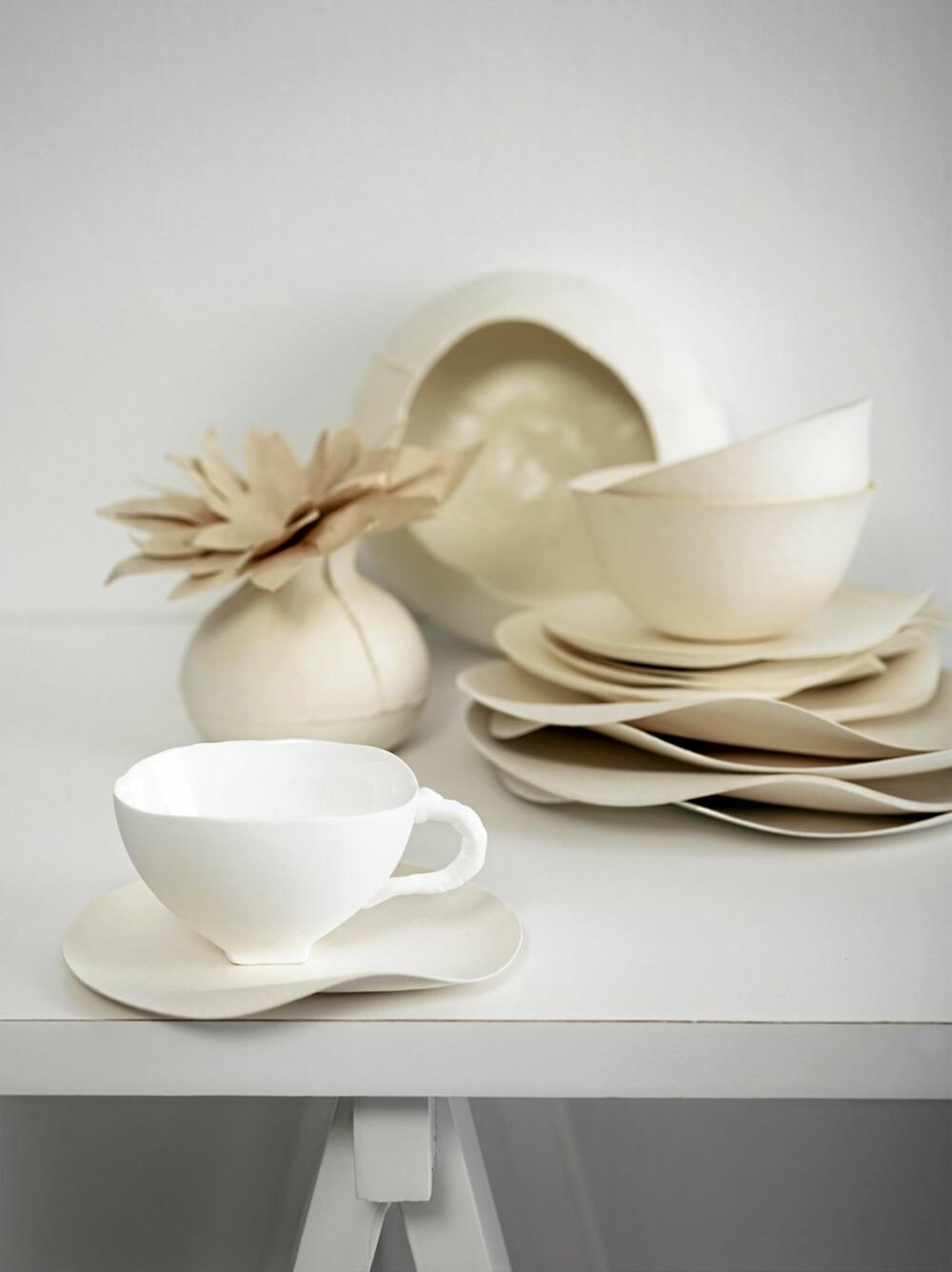PERFEKT: Hvitt kan være så mye mer enn bare hvitt. Her står porselen og papir som lag-på-lag mot Jotuns Sens Klassisk Hvit.