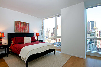 DAGSLYS: Det kan lønne seg å sette opp lystette rullegardiner på et soverom som får sollys tidlig på morgenen.