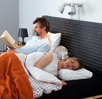 LESELYS: Å ha to leselys over sengen gjør at man slipper å krangle om når det er på tide å skru av lyset..