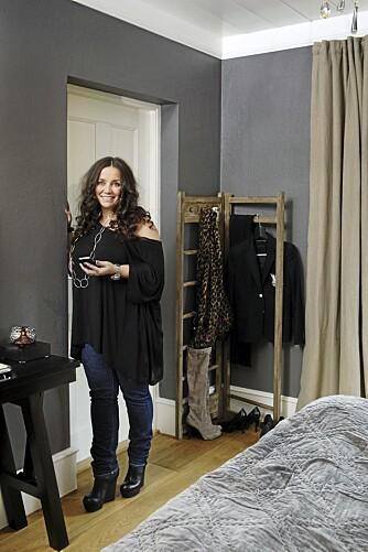LYKKELIG FARGEVALG: Gråfargen ble flott da den kom på veggen, sier Tina Sand, distributør for Day Home og agent for House Doctor, tinasand.no