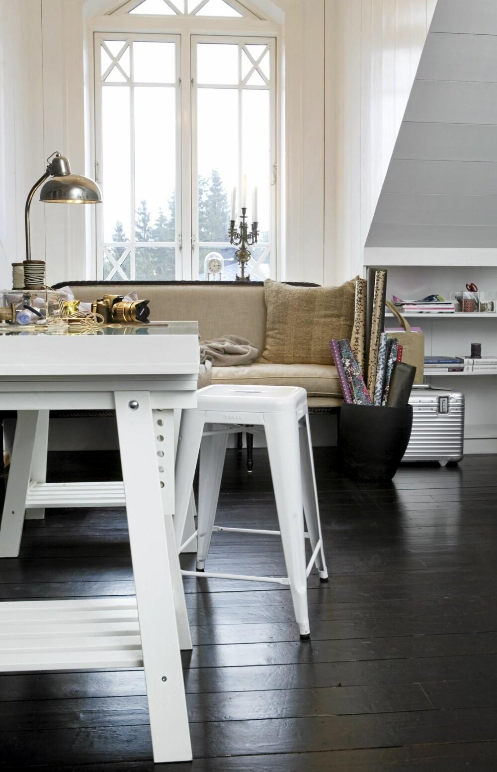 ARBEIDSDEL: I tilknytning til soverommet er det et hobby og arbeidsrom. Sofa fra Epok Interiør, bord fra Ikea og Tolix-stol fra Kvist. Plankegulvet er beiser med fire lag matt lakk.