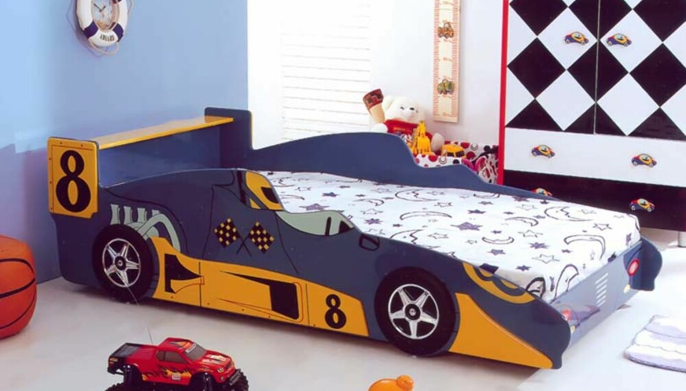 Komplett: Lag et skikkelig tøft gutterom med bilseng. Denne får du hos www.barnerommet.no til kr. 2990.