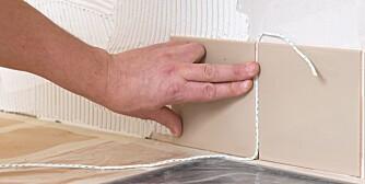 MIDT PÅ: Finn midten av veggen for lik kapping på begge sider