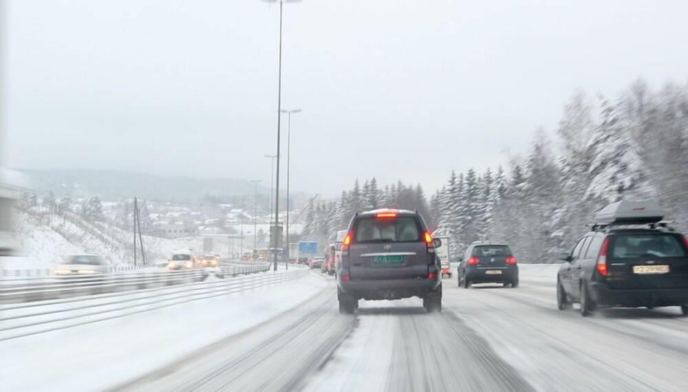 VANSKELIG FØRE: Når det faller flere titalls centimeter snø i løpet av få dager, blir kjøreforholdene ekstremt vanskelige.