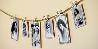 ENKELT OPPHENG: Bilder på snor er en enkel, men iøynefallende måte å vise frem favorittbilder, kort eller andre minner på. Kortene kommer fra Dorothea Interiør og Klær. Klyper fra Åhléns.