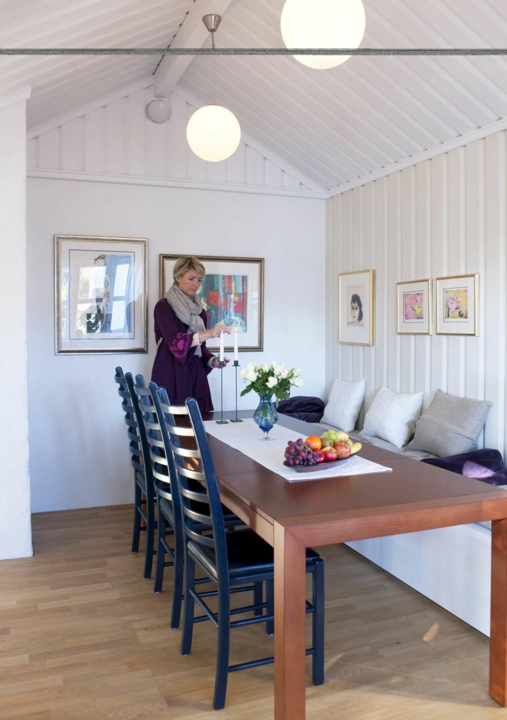 """Ta plass. Families nye, selvtegnete slagbenk matcher rommet malt Jotuns """"Chi"""", som takene.  """"Skandinavisk hvit"""" på veggene."""