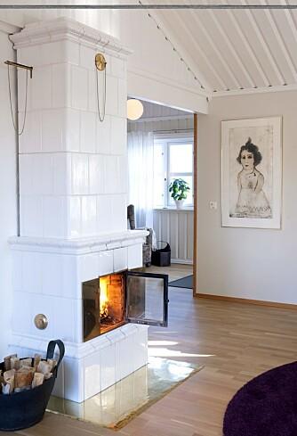 Flammekaster. Kakkelovnen fra Børge Bostrøm i Karlstad hadde familien fra før, og den har en større glassdør enn vanlig. Nå kommer den til sin rett!