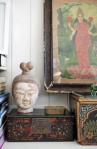 REISEMINNER. Skulptur fra Kina og bilde som er signert den indiske kunstneren Ravi Varma.