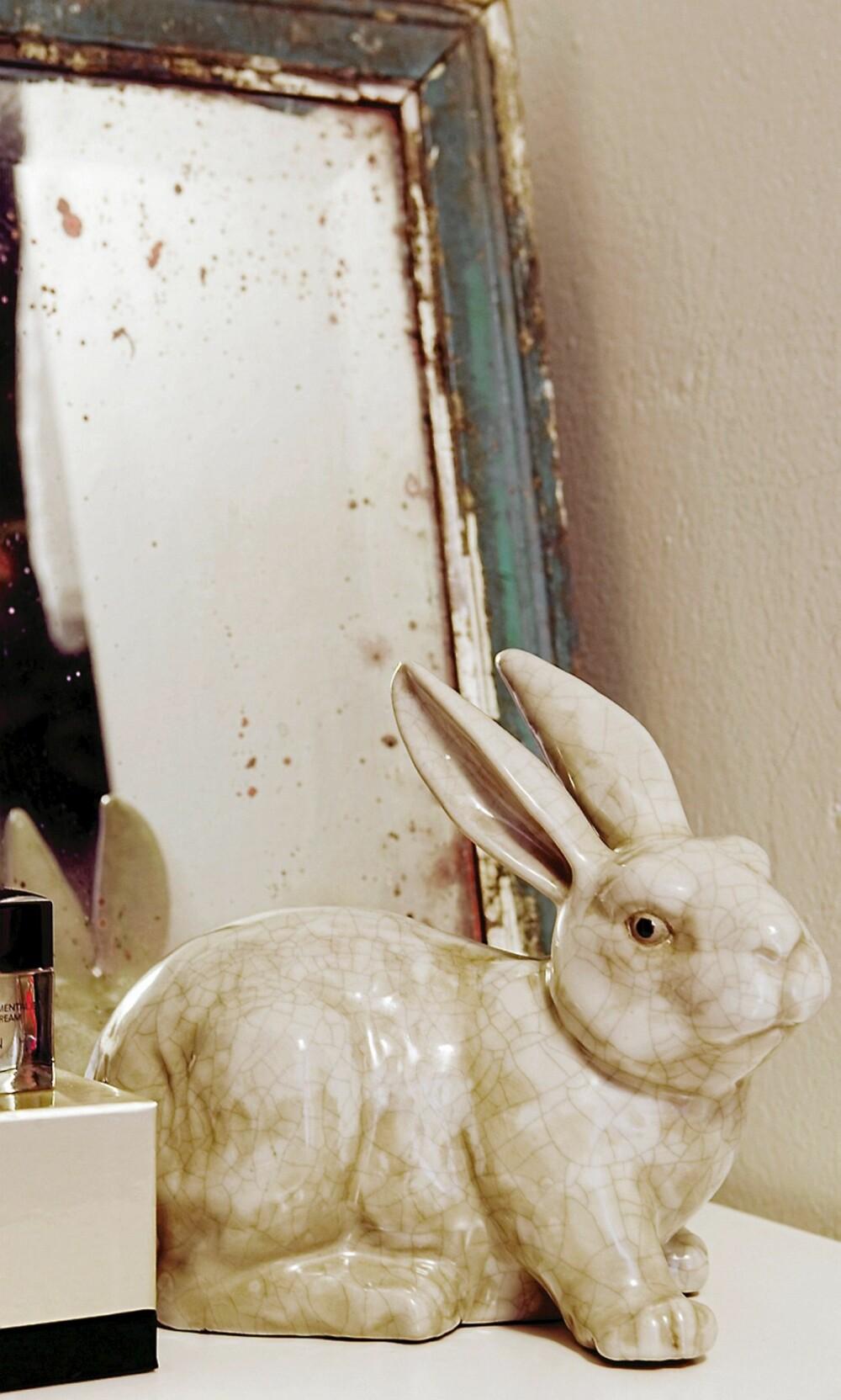 SØTE DETALJER. Kaninen er en gave og har fått hedersplass på kommoden. Speilet har hatt lang levetid.