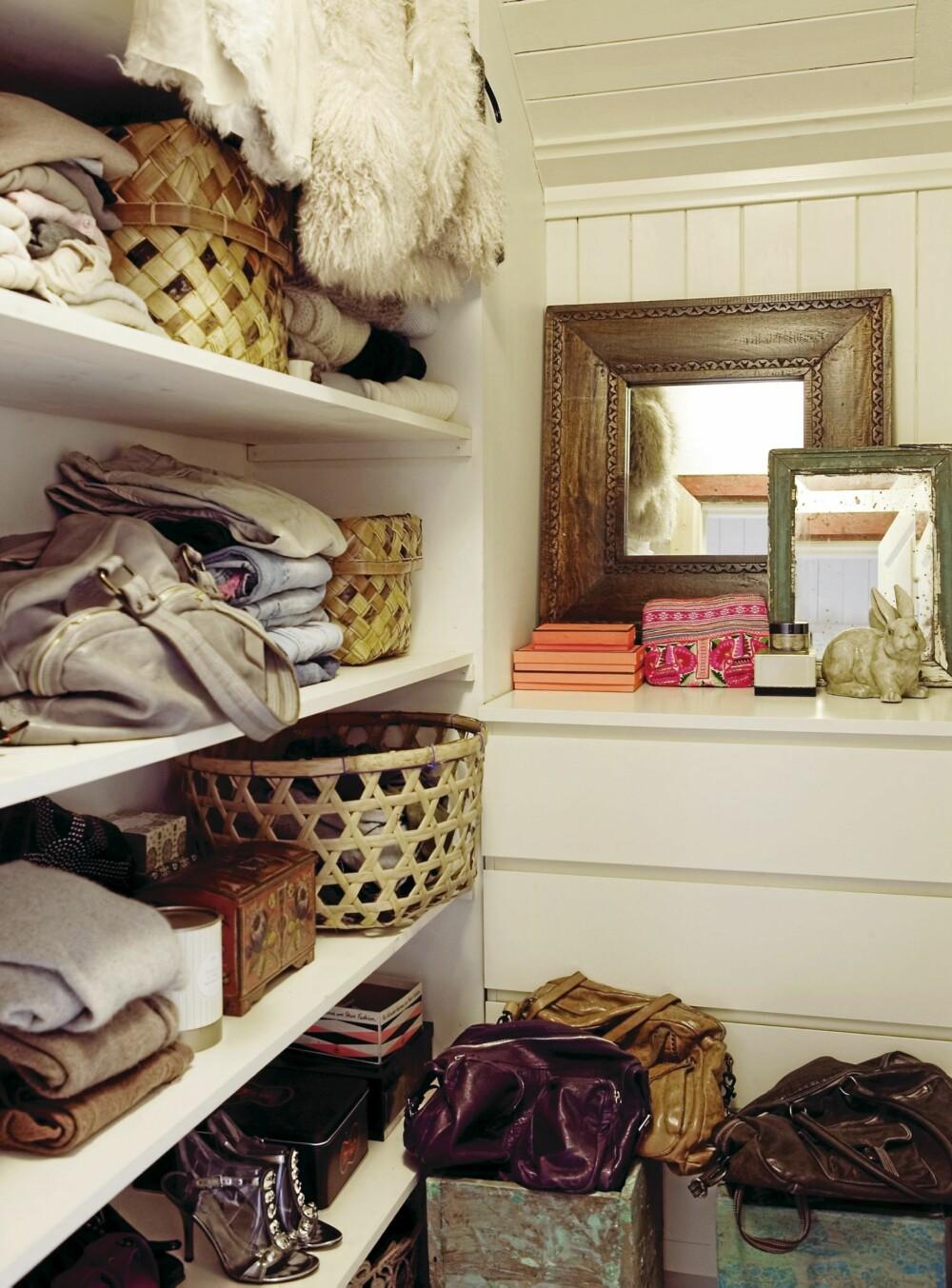 ÅPNE HYLLER. La klær og tekstiler ligge i åpne hyller. Det krever mer orden, men du får god oversikt. En kommode kan være god å ha til rot og andre ting i.
