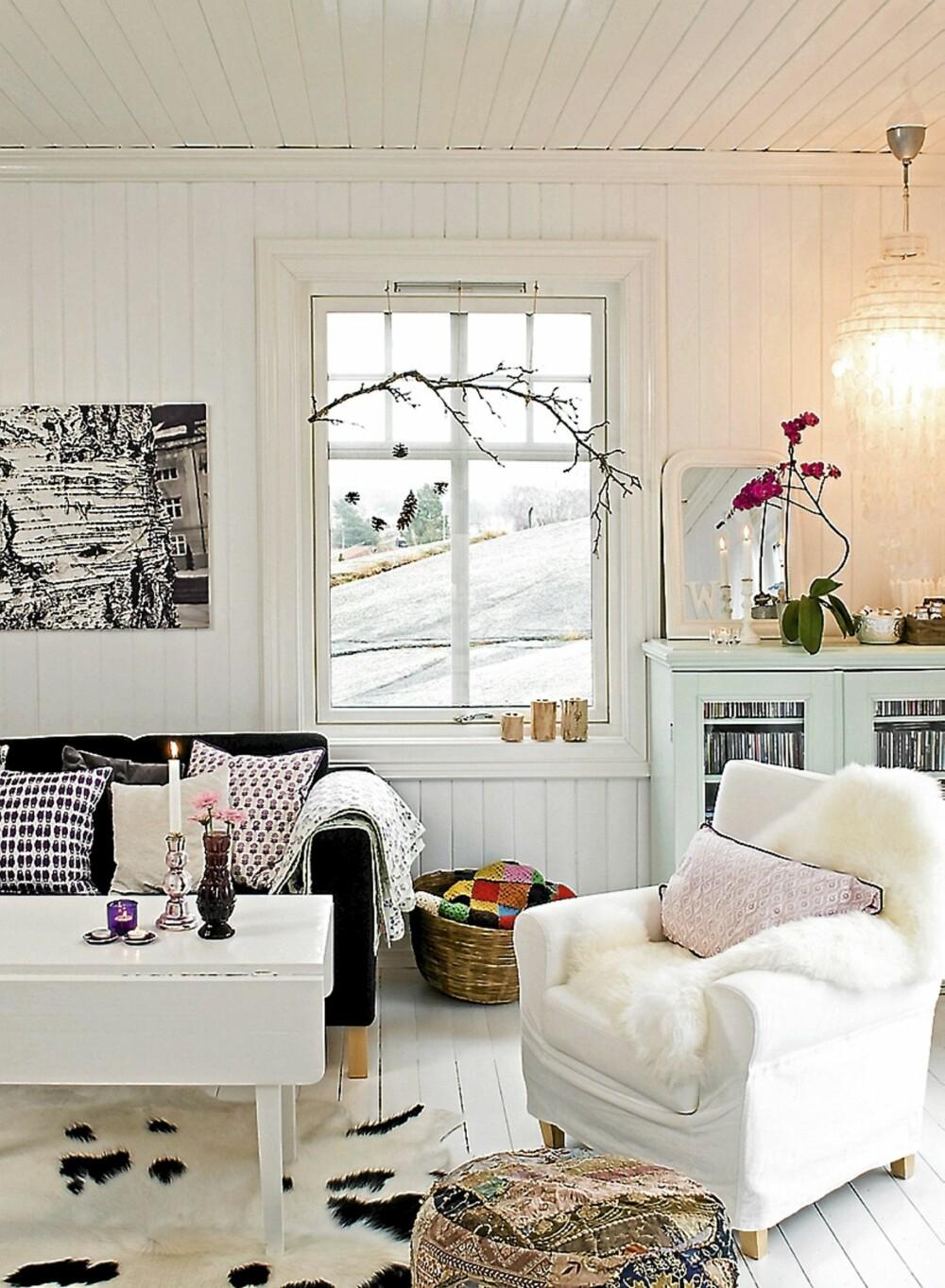 MALTE PANELET: Taket, veggene og gulvet i stua er malt hvite. Ingrid og Vidar tok ned alle platene fra veggene og pusset hvert eneste panel som lå under for hånd. Det var en stor jobb!