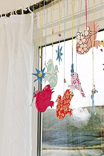 GARDINSTANG FRA NATUREN: En kvist er brukt som gardinstang og pyntet med fugler av papir i herlige mønstre.