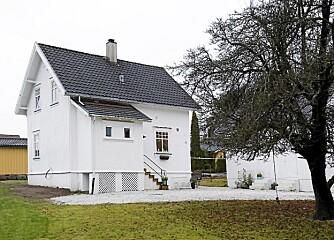 FJELDBORG: Hvitmalt idyll i Sandefjord. Til huset Fjeldborg hører også det gamle hønsehuset som synes til høyre bak treet, og en garasje.