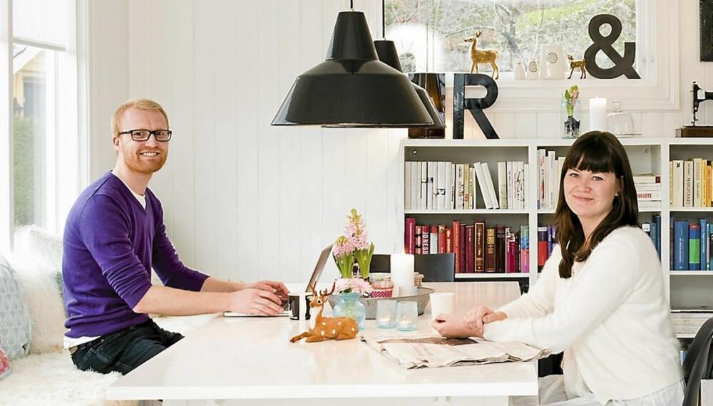 SNEKRET OG MALT: Furubordet i kosekroken er fra Ikea. Ingrid har malt det selv, og det fungerer også som spisebord. Benken har Vidar snekret. Ingrid sitter på en Eames-stol, og lampen i taket er kjøpt på lauritz.com.