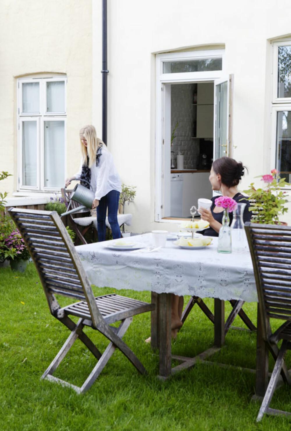 SOMMERIDYLL: Leiligheten ligger midt på travleste Grünerløkka, men på garasjetaket er det grønn plen og sommeridyll som råder.