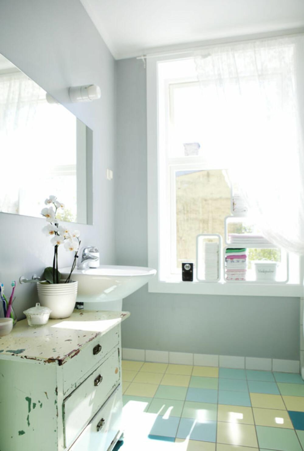 FRESH: Badet har delikate farger i form av fliser på gulvet. <legg merke til den flotte gamle kommoden, som er nok et bruktfunn.