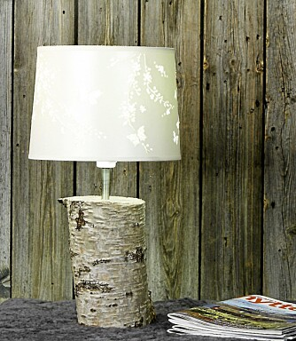 BJØRKEFINT: Her er en bjørkelampe som vi har laget selv. Skjermen koster kr 445 og er fra Laura Ashley.