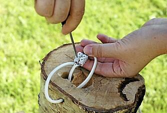 3. FEST: Tilpass lengden på ledningen når du fester den.