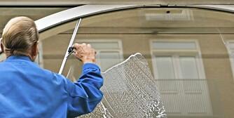 VINDUSVASK: Må du rengjøre vinduene nå i kulden, kan du enten betale en femtilapp for en kanne vindusspylervæske eller leie inn noen til å gjøre det for en femhundrelapp.