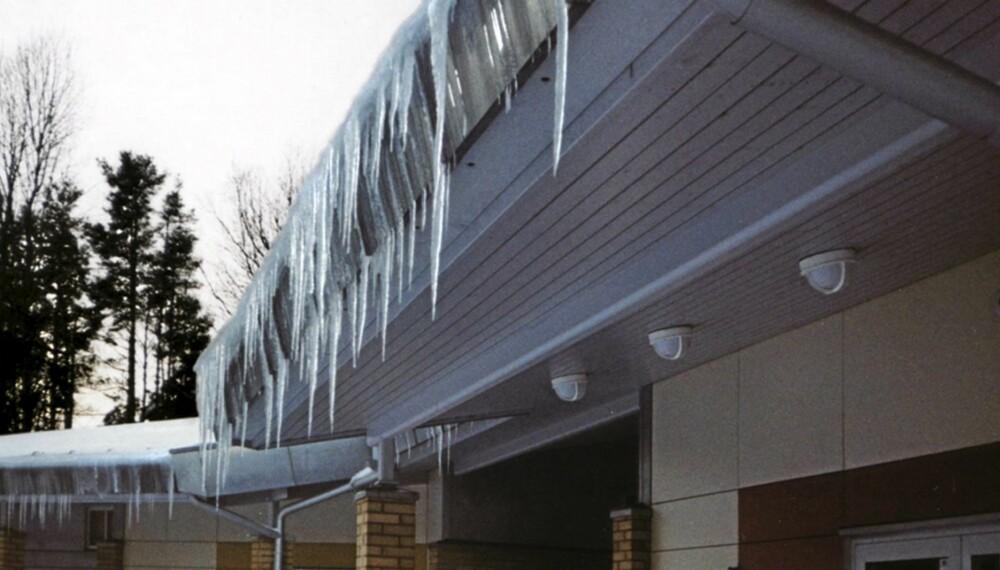ISTAPPER: Utettheter i dampsperren kan føre til snøsmelting på taket og ising ved raft.