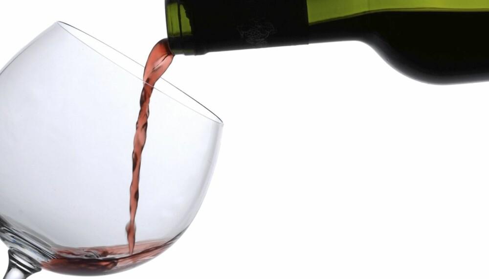 IRRITERENDE: En dråpe rødvin på den nye, hvite blusen kan være nok til å ødelegge en kveld.