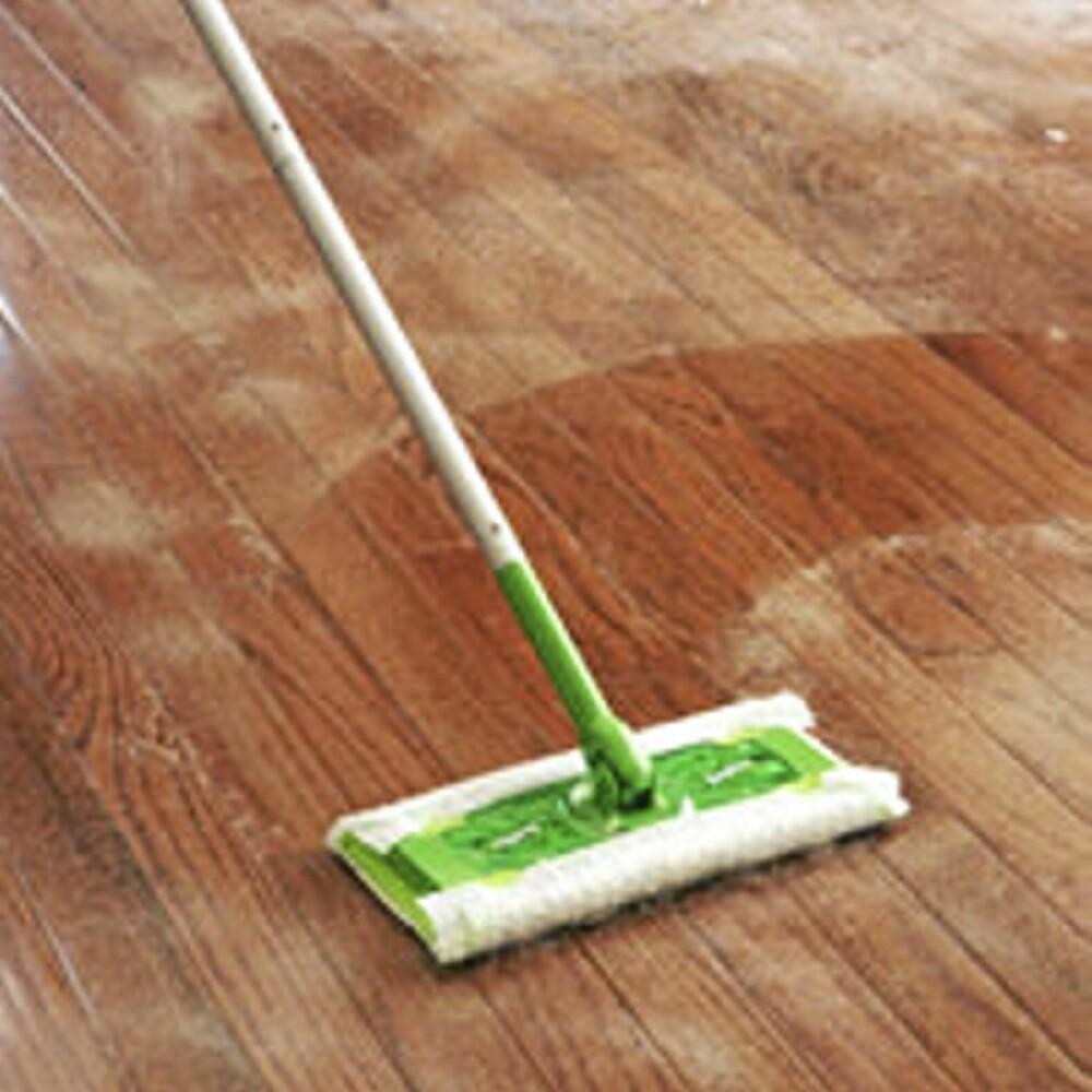 STØV PÅ HJERNEN: På de fleste gulv lønner set seg å fjerne støvet før du vasker.