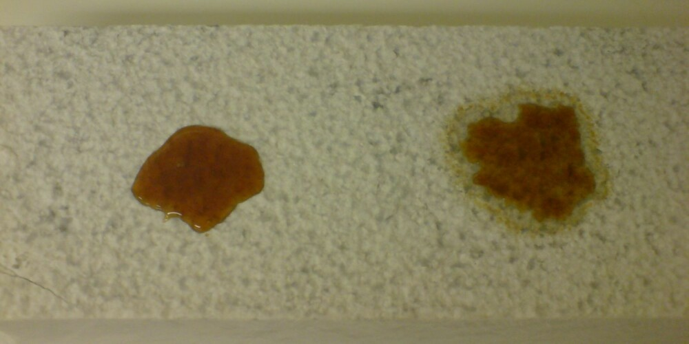 KAFFE PÅ MARMOR: Kaffe er sølt på behandlet marmor (t.v) og ubehandlet marmor (t.v).