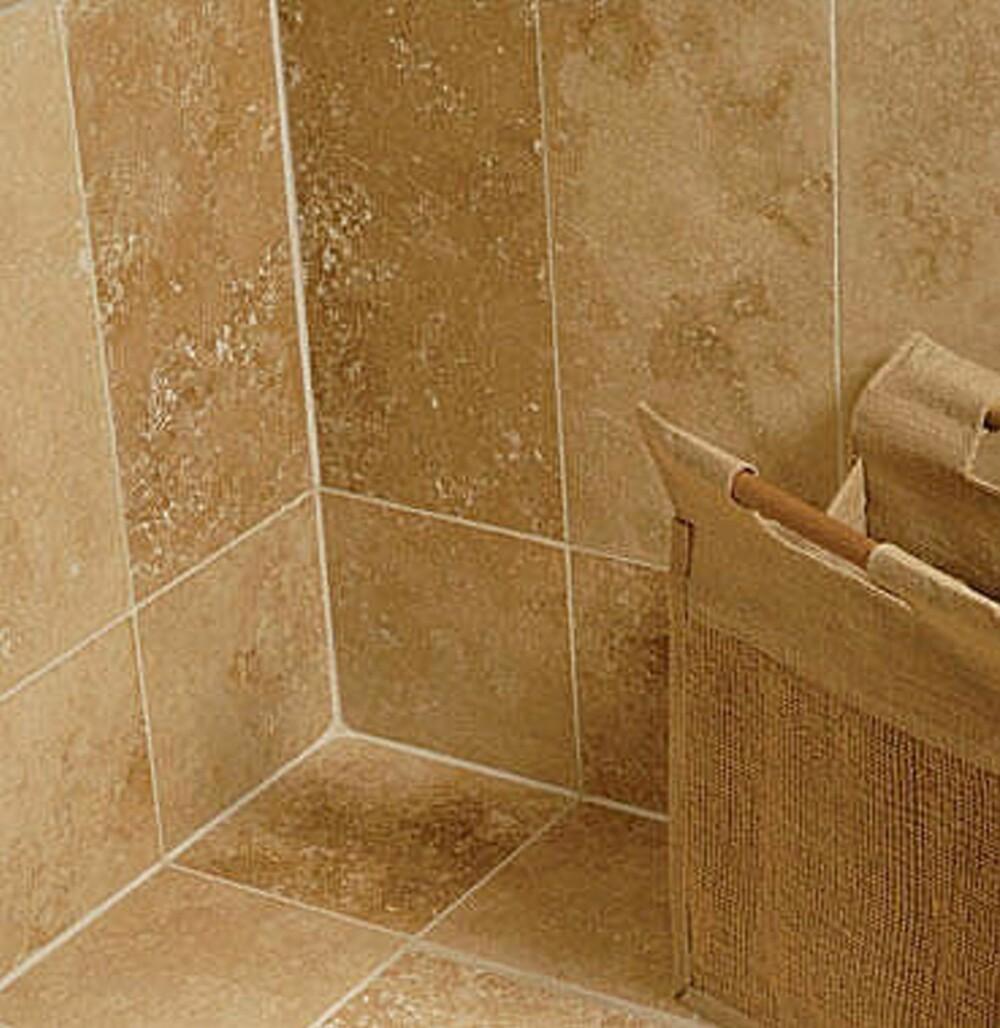 NÅR DU VASKER: Ikke la syreholdige vaskemidler eller salmiakk renne ned og bli liggende på naturstein-flisene.