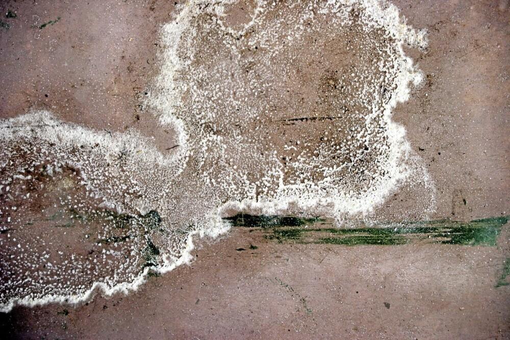 DÅRLIG DRENERING: Saltutslag på grunnmuren kan være tegn på at dreneringen svikter.
