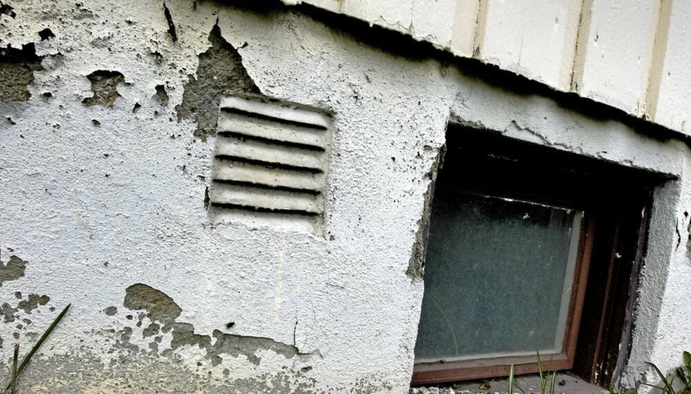 DÅRLIG DRENERING: Når malingen flasser av grunnmuren kan det være et tegn på dårlig drenering. Et annet tegn kan være lukt i kjelleren og saltutslag på veggene.