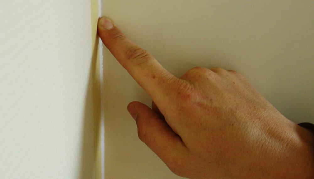 Stryk ut: Bruk litt vann på fingeren når du stryker ut fugen