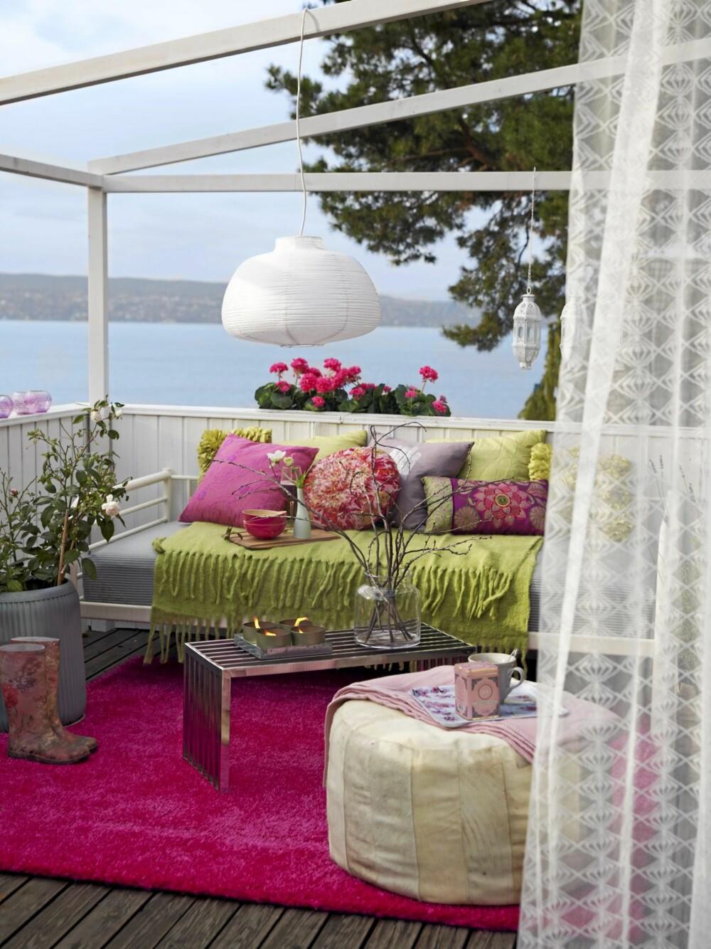 RIMELIG. Denne terrassekroken er også fargerik og hyggelig, og det går ikke så hardt utover kredittkortet. Her koster for eksempel lampen 75 kroner, mens den andre lampen koster 1645 kroner.