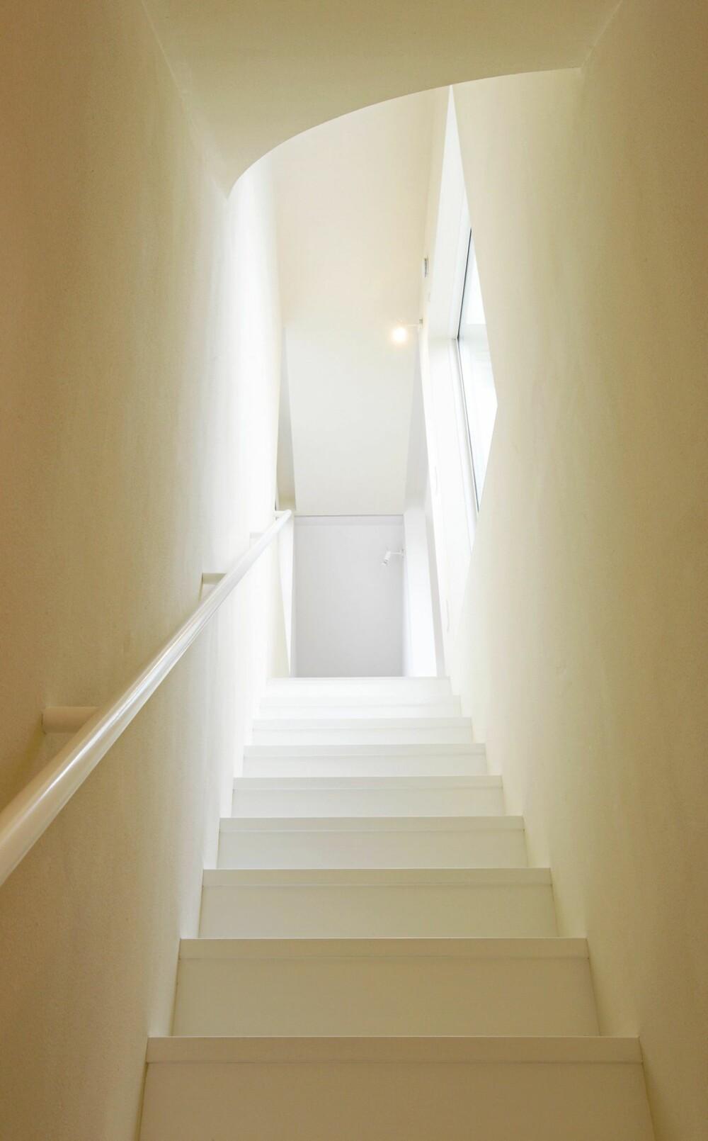 TRAPPEN: Helt uten trapper er huset ikke.