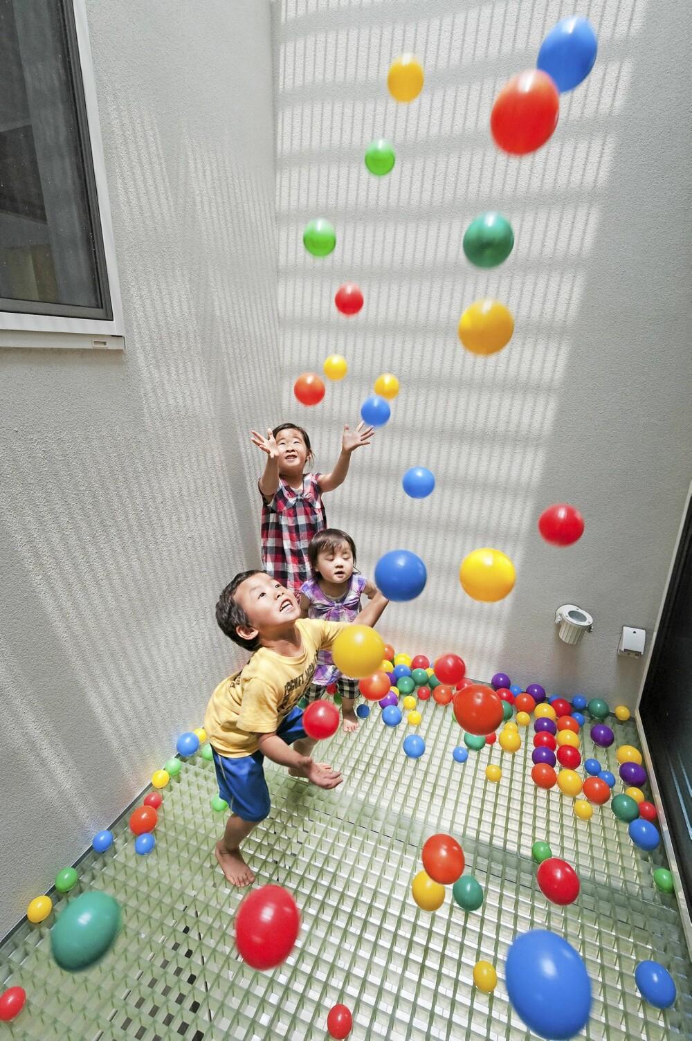 LEKFULLT: Et rom med baller har det også fått plass, til stor glede for barna.