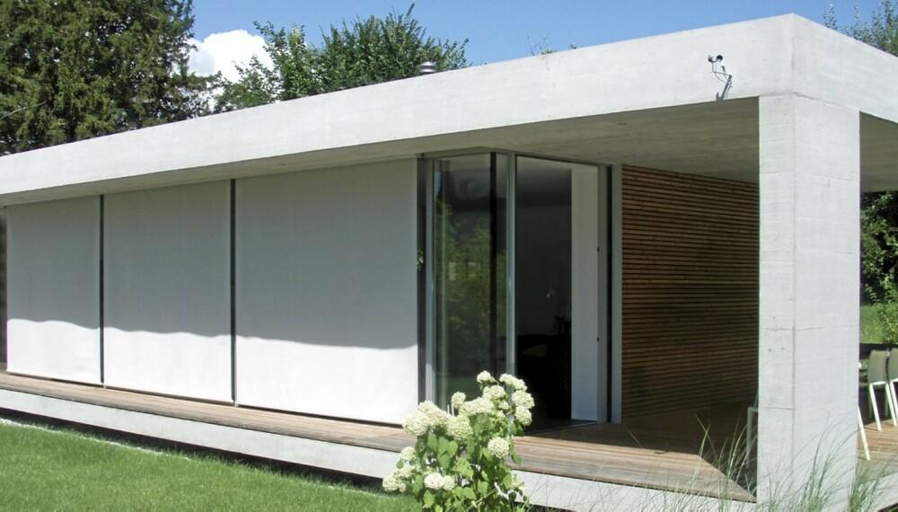 SCREEN: Med solskjermingen på utsiden, i dette tilfellet såkalte screens eller utvendig rullegardin, hindrer du både solstråler og varme i å komme inn i huset.