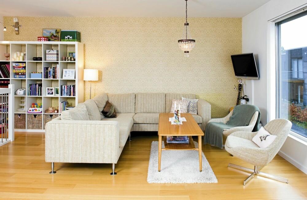 NYTT OG BRUKT: Sofaen er fra BoConcept, hyllen fra Ikea, bordet fra en bruktbutikk og teppet fra Skeidar. Lampen er fra Kostøl i Kristiansand. Tapetet er nr 7258 fra ECO og koster kr 241 pr. rull hos hos svenske Tapetorama.