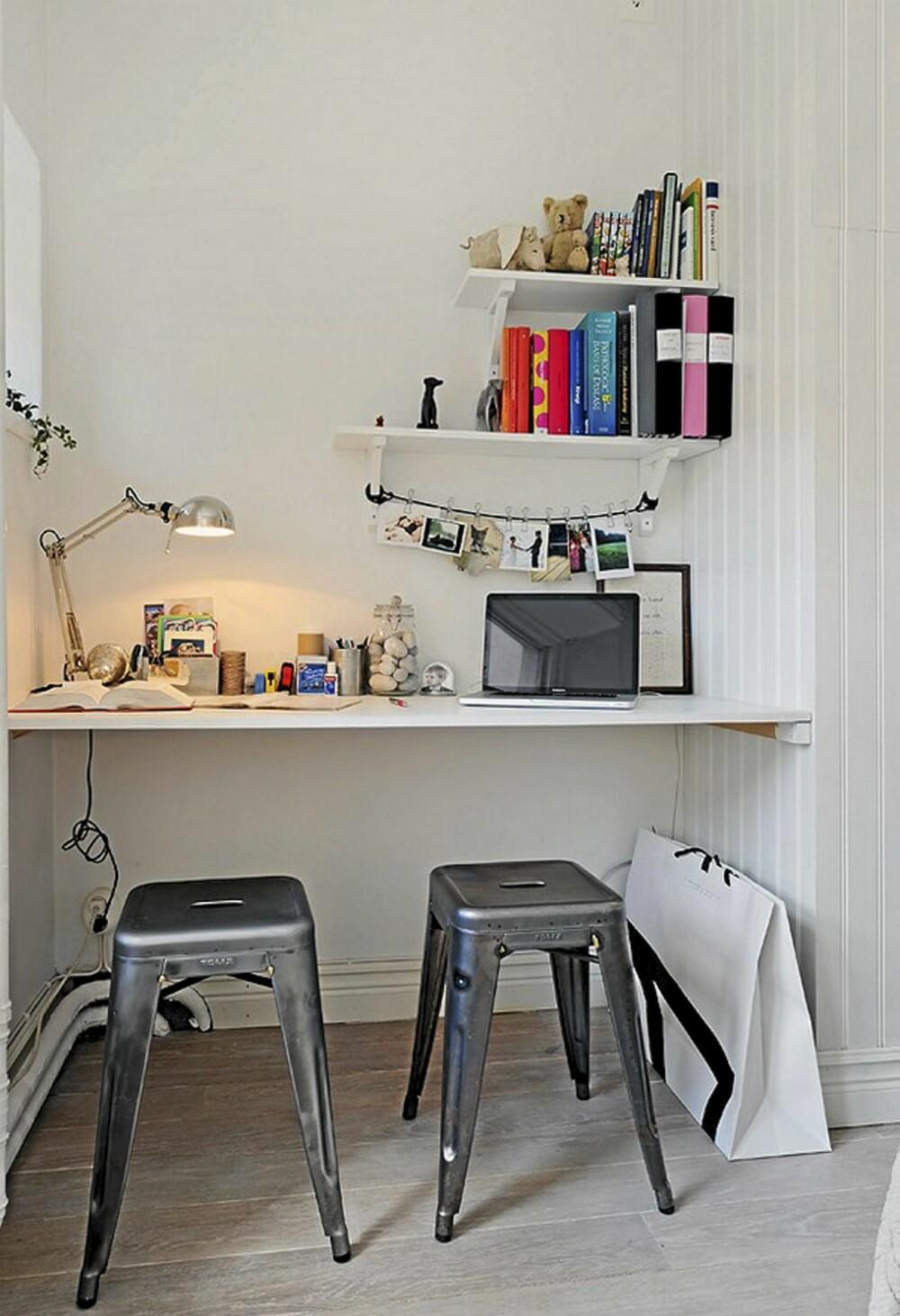 KONTOR: I det lille kontorhjørnet har de satt opp en praktisk og plassbygd pult for å utnytte plassen best mulig.