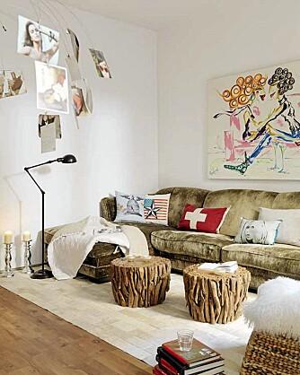TØFFE MØBLER: Rustikke møbler i tre og en vintage sofa fyller den lyse stuen.