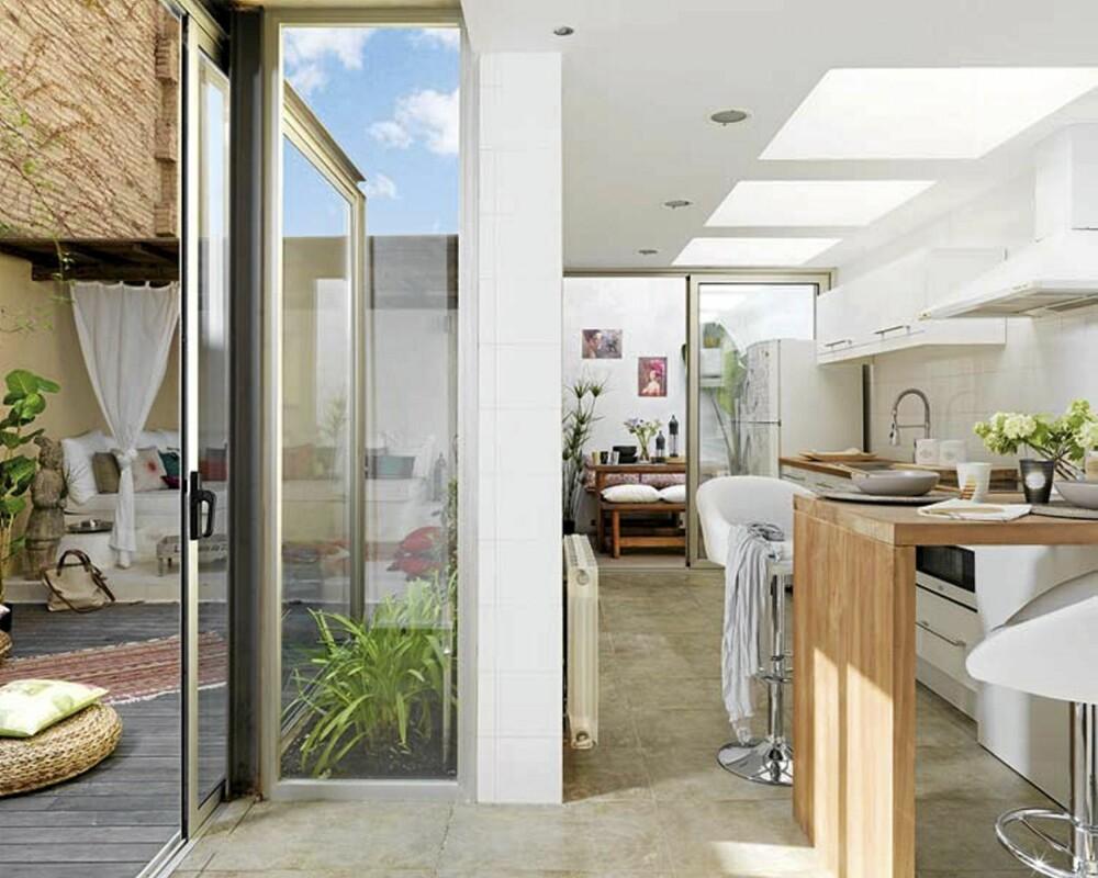 UTE OG INNE: Fra kjøkkenet går det glassdører ut til en romslig balkong.