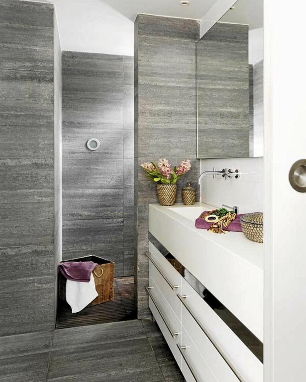 BAD: På badet er det også innslag av den gjennomgående fiolette fargen