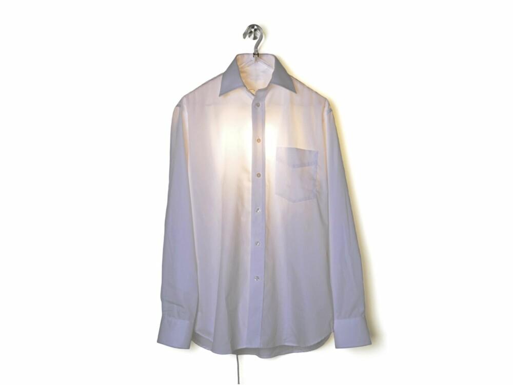 LYSENDE SKJORTE: Skjortelampen fra nederlandske Droog lyser opp rommet. Hvorfor ikke bytte skjorten med en hvit kjole? Flere morsomme konsepter og produkter kan du se på droog.com