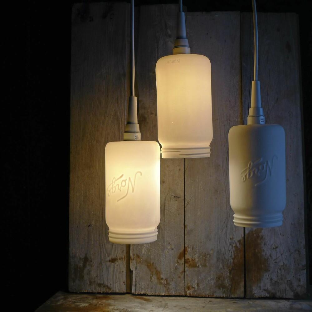 MATT NOSTALGI. Vi har sett flere lampevarianter av de tradisjonelle glassene, men nå er Norgesglasset blitt brukt som bakgrunn for lamper støpt i porselen. Kunsthåndverkeren Cecilie Haaland er designeren, kan kjøpes hos hvitt.no