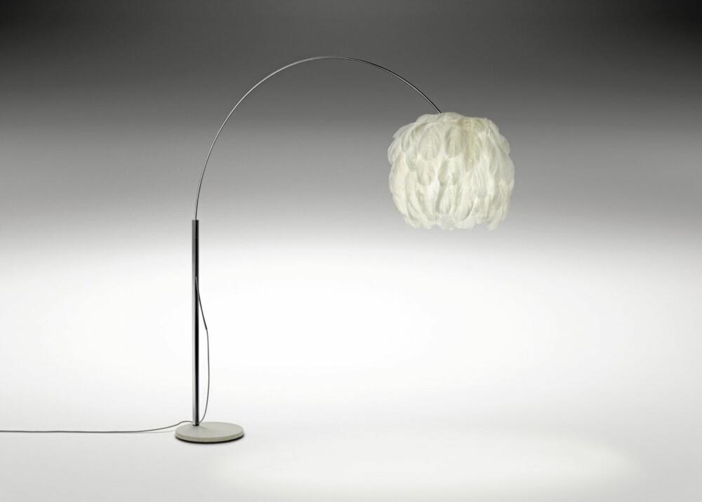 STRUTSEFINT: Denne lampen fra Isandi vaier fint kledd med strutsefjær, isandi.no