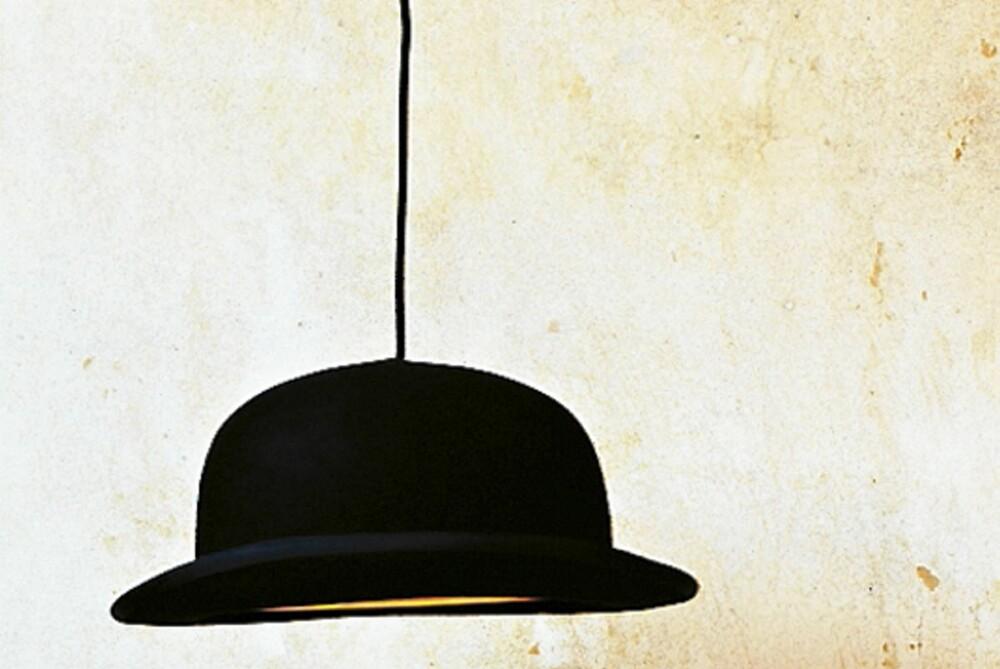 HATTEN AV. La hatten henge for å lyse i taket. Bruker du ikke din egen, kan Jeeves hattelampe fås blant annet hos Milla Boutique.