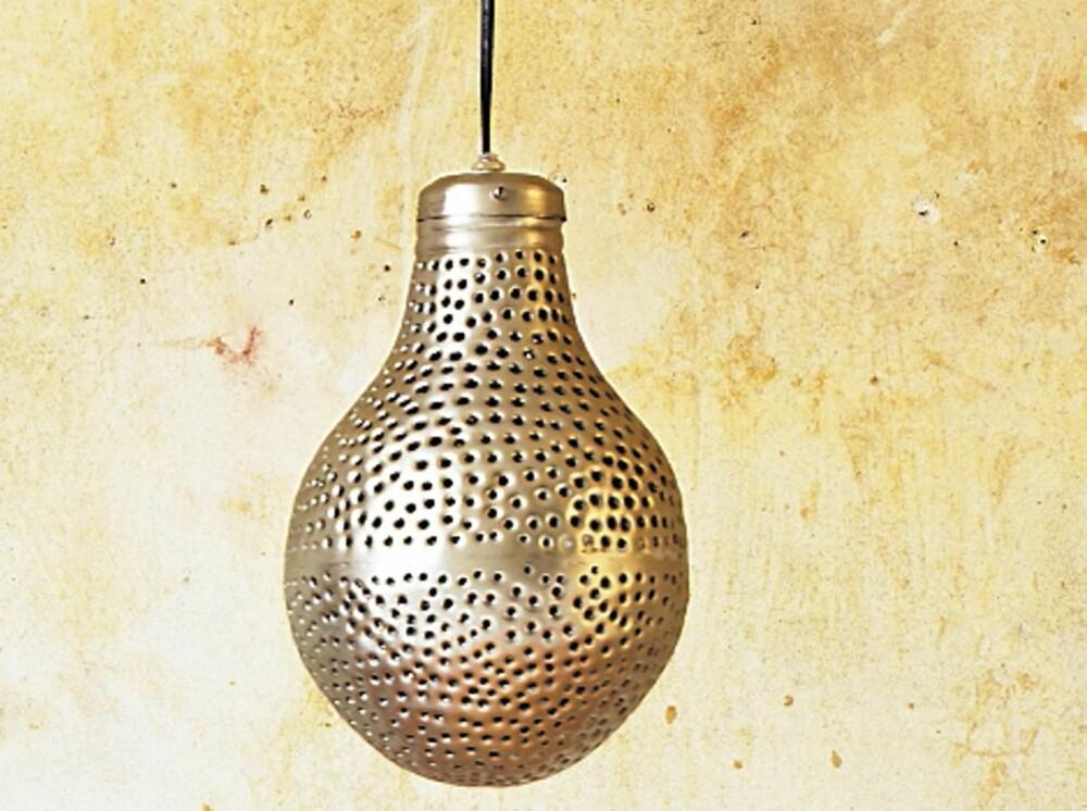 PÆRE RUND. Pæreformet lampe i metall, fås blant annet hos MIlla Boutique.