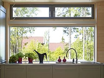 GJENNOMLYS: Det store kjøkkenvinduet sørger for gjennomlys.