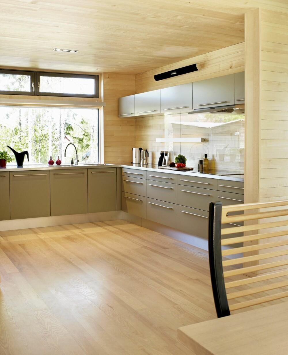 STRAMT: Kjøkkenet har direkte kontakt med spisestuen og allrommet. Innredningen er fra Invita, lysarmaturene fra Deltalight.