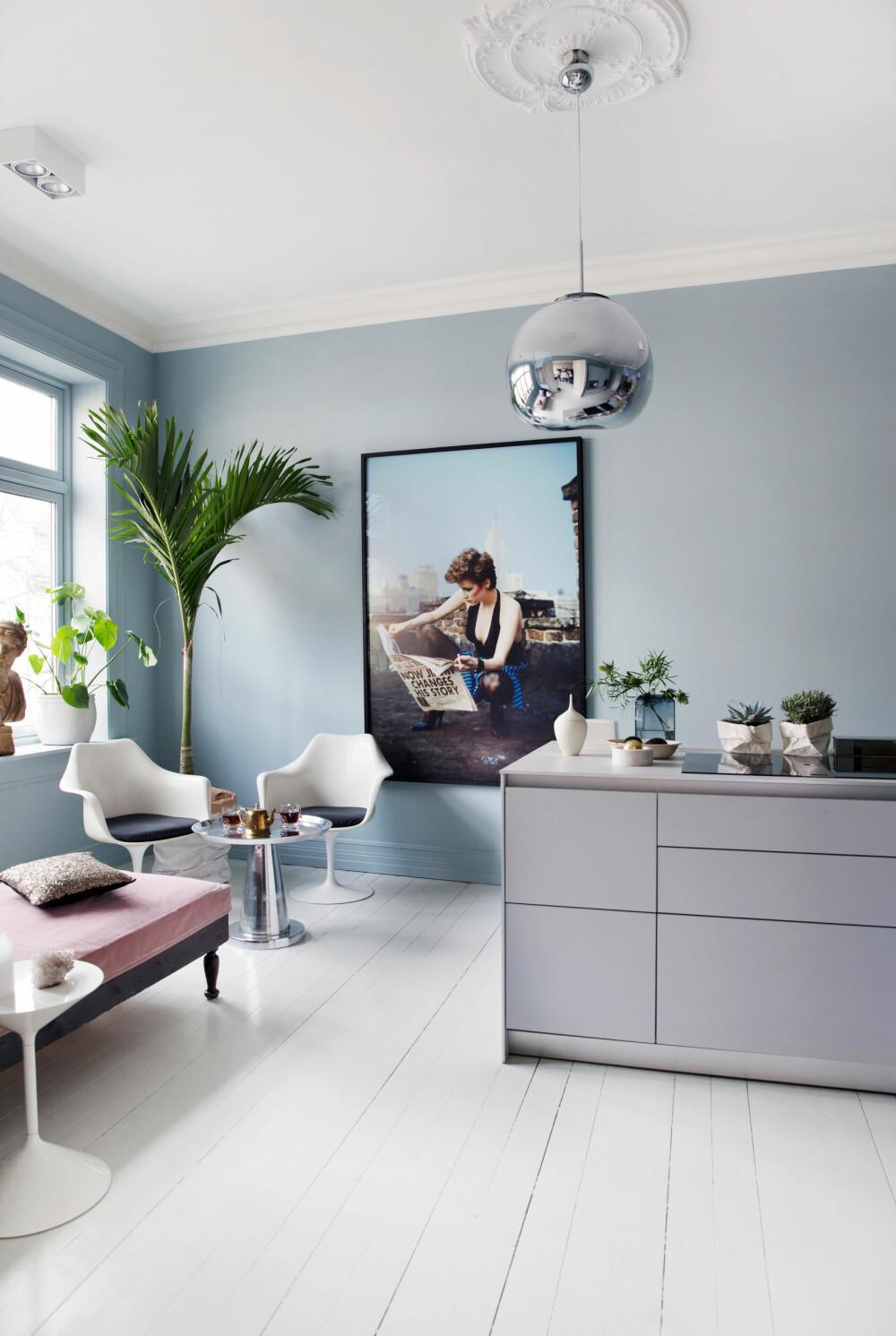 KOMBINERT: Tone Kroken har kombinert innredning fra Bulthaup med høyskap fra Ikea. Den eksotiske lounge-kroken blir et samlingssted når Tone har selskap, og består av tøffe elementer hun hadde fra før. De to Tulip-stolene fra Saarinen er kombinert med en brukt daybed, som Tone har kledd med nytt tekstil, og et sidebord i stål fra balzac.no. Gulvet er det originale tregulvet fra 1890-tallet. Det er malt med tre lag trestjernes gulvmaling i fargen Tidløs. Lampen er fra Tom Dixon, og bildet fra Eske.